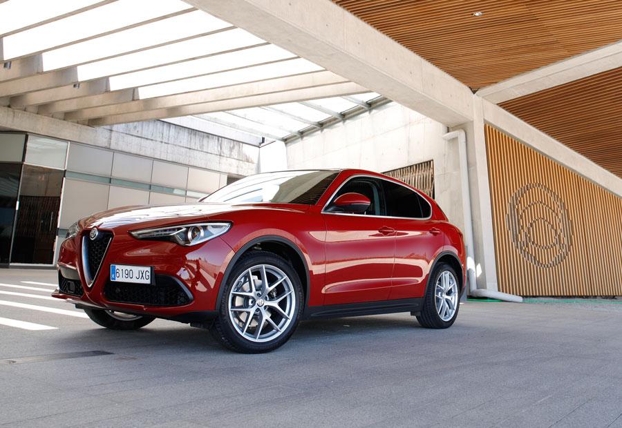 El diseño italiano queda patente en el frontal por la calandra del radiador.