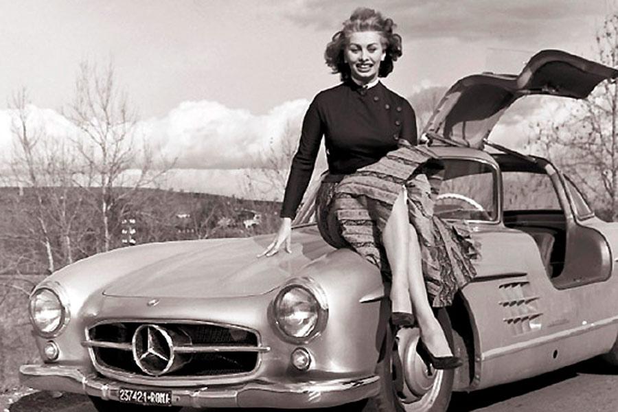 Sophia Loren y un Mercedes 300 SL Gullwing (alas de gaviota).