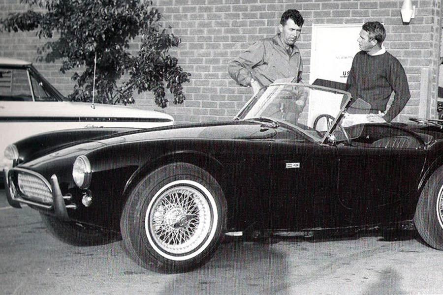 Steve McQueen, junto a Carroll Shelby, con un Shelby Cobra.
