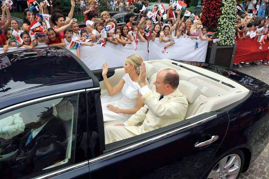 Alberto y Charlène de Mónaco, en un Lexus LS600 Landaulet.