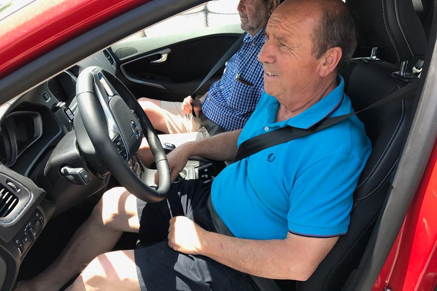 Conductores séniors aprenden a salvar circunstancias de peligro al volante en la escuela RACE.