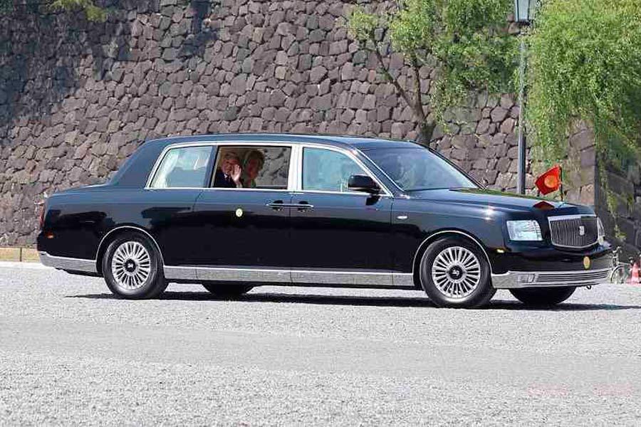 El emperador Akihito, en un Toyota Century Royal.