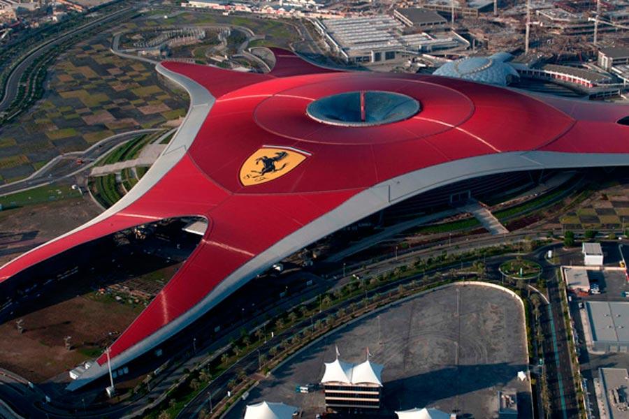 En Abu Dhabi o -más cerquita- en Barcelona puedes disfrutar de un día en familia y subirte a las atracciones del Ferrari Land.
