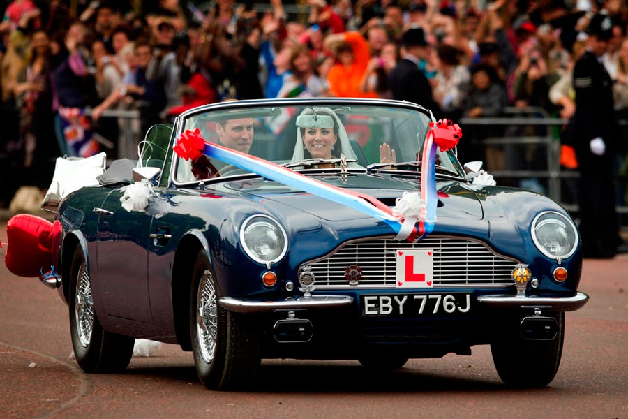 Los Duques de Cambridge, a bordo de un Aston Martin Volante DB6.