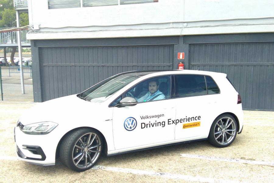 Volkswagen nos brindó la oportunidad de rodar en el Golf R por el Jarama y, claro... no pudimos decir que no.