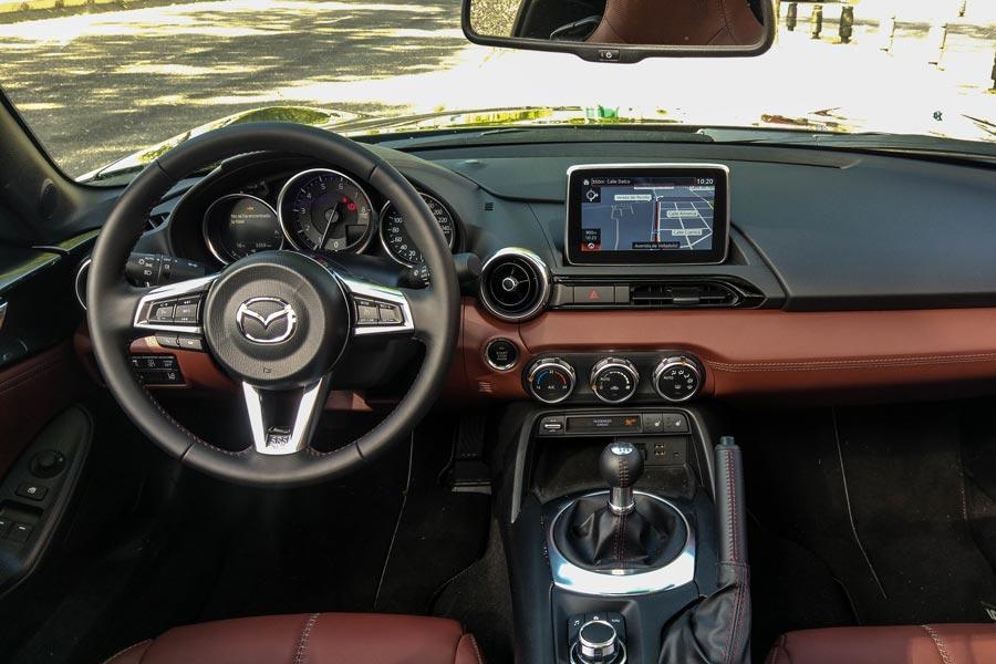 El interior del Mazda MX-5 RF no presenta apenas cambios respecto a la variante de techo de lona.