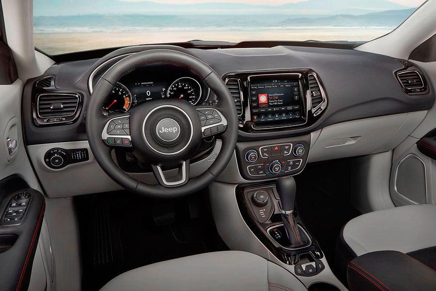 El interior del Compass es atractivo, aunque sus ajustes y materiales podrían mejorar.