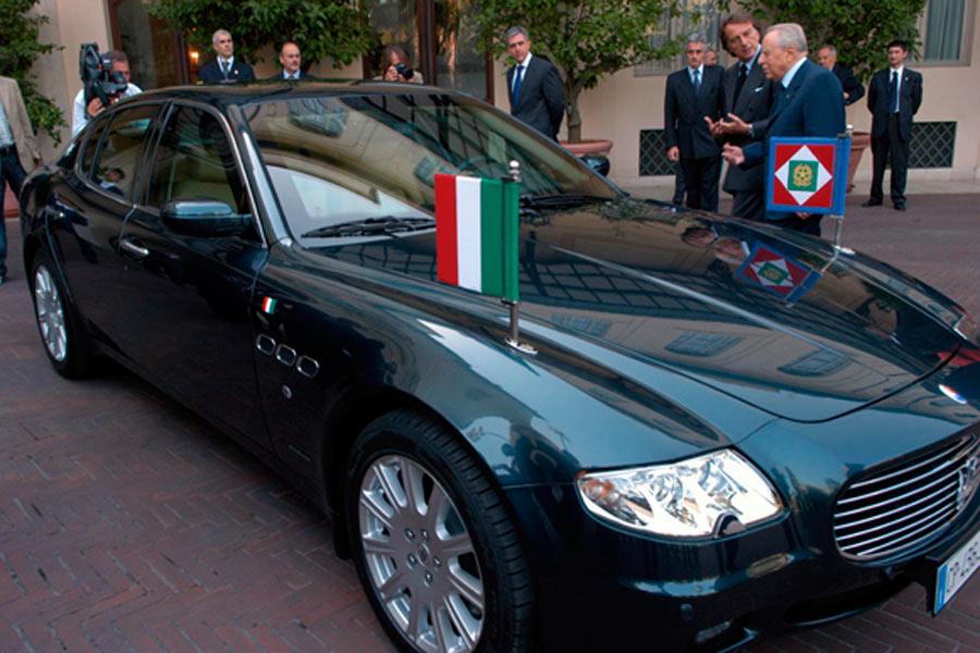 Carlo Azeglio Ciampi, en su época de presidente de Italia, con un Maserati.