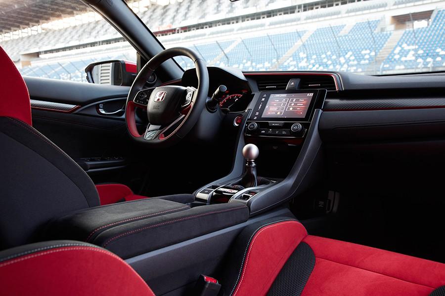 El interior cuenta con unos excelentes asientos, pero calurosos.