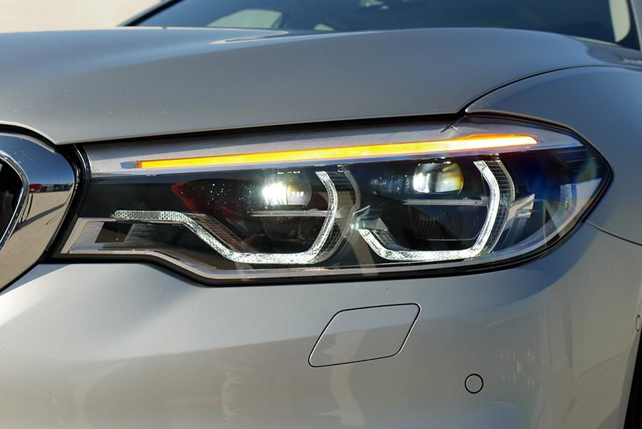 Los faros LED inteligentes proporcionan una luz excepcional en este BMW.
