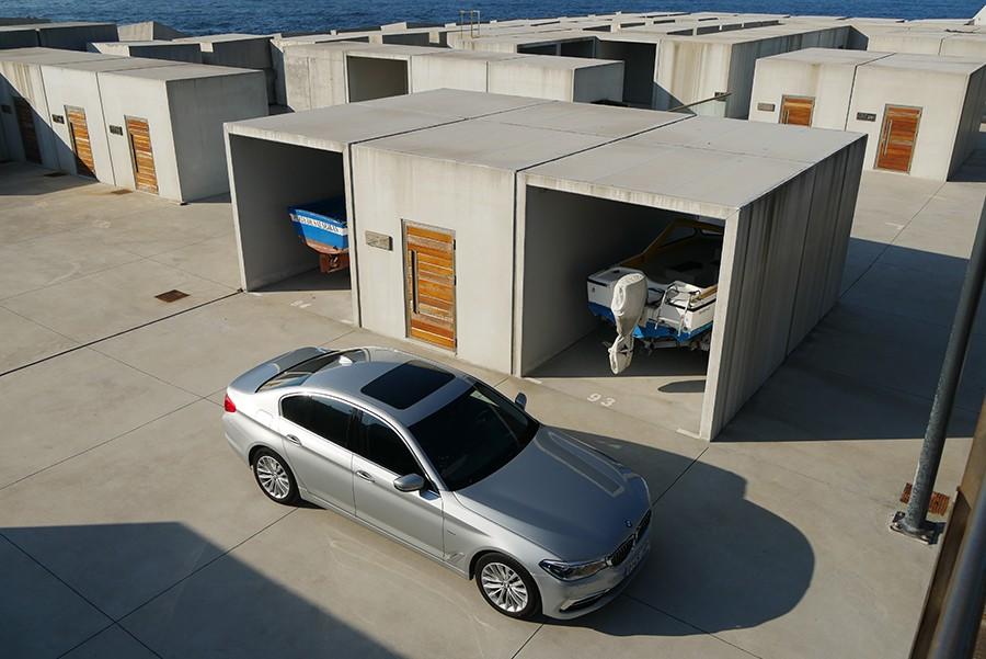 El nuevo BMW Serie 5 es casi como un Serie 7, tanto por tamaño y diseño como por equipamiento tecnológico.