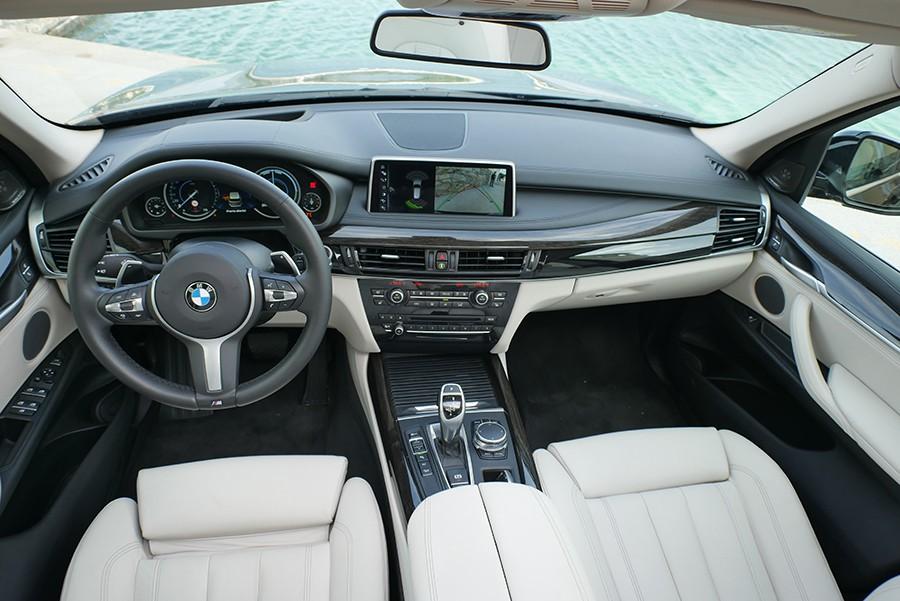 El BMW X5 tiene un interior acogedor y amplio.