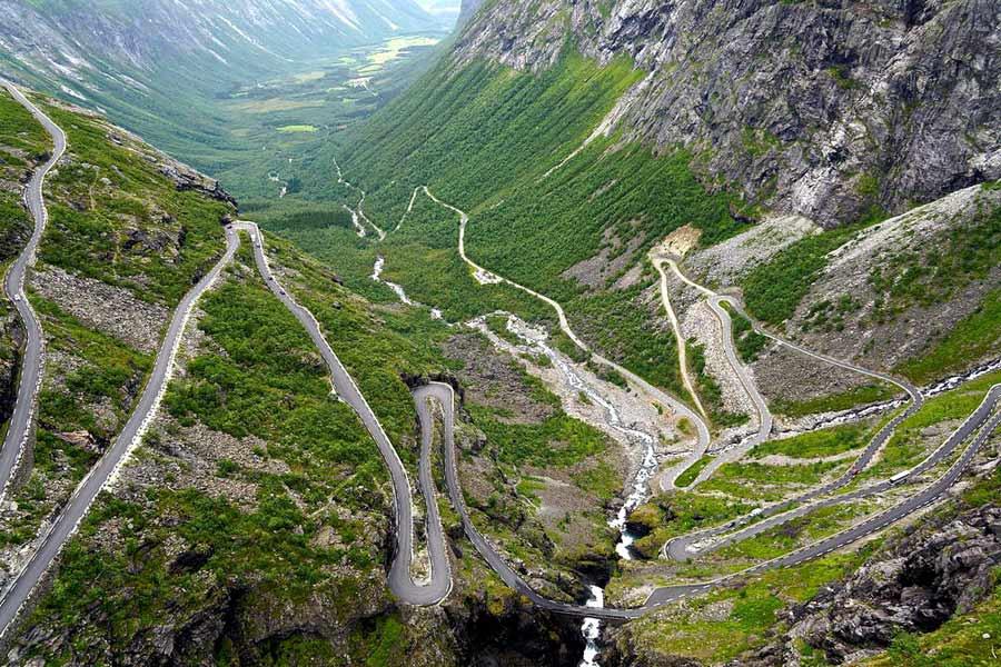 Si quieres curvas, el Col de Turini o el Stelvio no te dejarán indiferente.