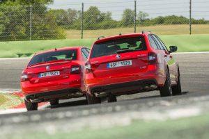 El Skoda Ocatavia RS 245 esta disponible n dos versiones, Combi y sedán.