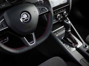 El habitáculo del Skoda Octavia RS 245 recibe detalles que recuerdan su deportividad.
