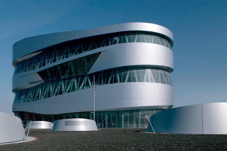 Alemania es bandera del automovilismo. También, por supuesto, en la construcción y producción de ellos. Audi, Porsche, Mercedes, BMW, Volkswagen... tienen allí sus fábricas y museos, llenos de absolutas joyas y obras de arte de la automoción.
