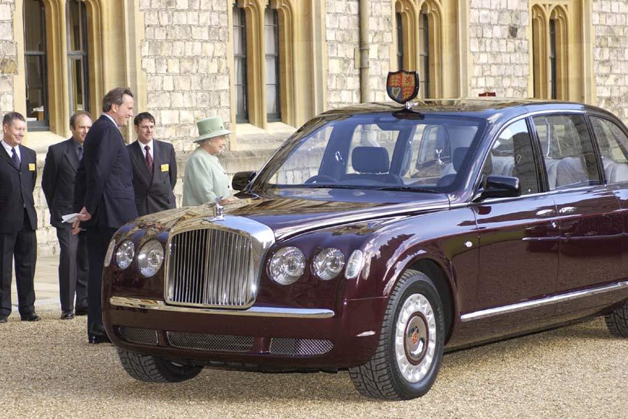 La reina Isabel II de Reino Unido viaja en un Bentley State Limousine.