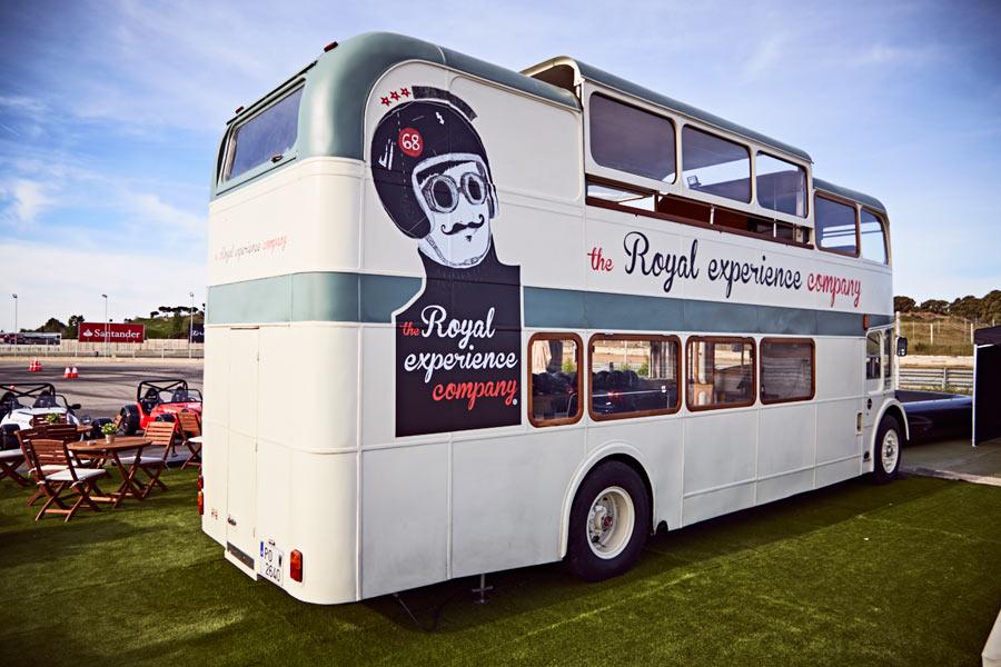 Un autobús londinense de dos pisos de 1968 es el centro de operaciones de la actividad.
