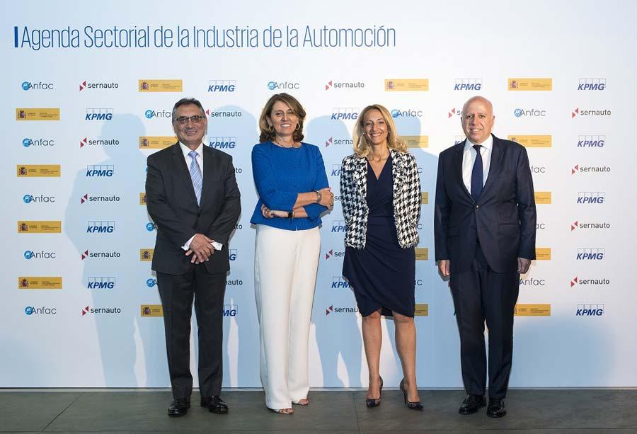 Antonio Cobo (ANFAC), Begoña Cristeto (Ministerio de Industria), Mª Elena Antolín (SERNAUTO) e Hilario Albarracín (KPMG)