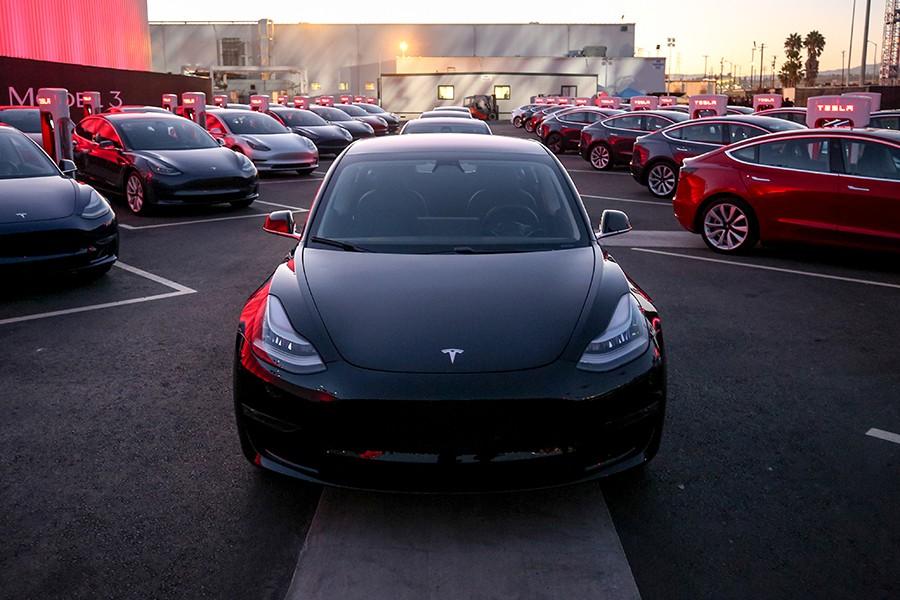 Elon Musk entrega las 30 primeras unidades del Tesla Model 3