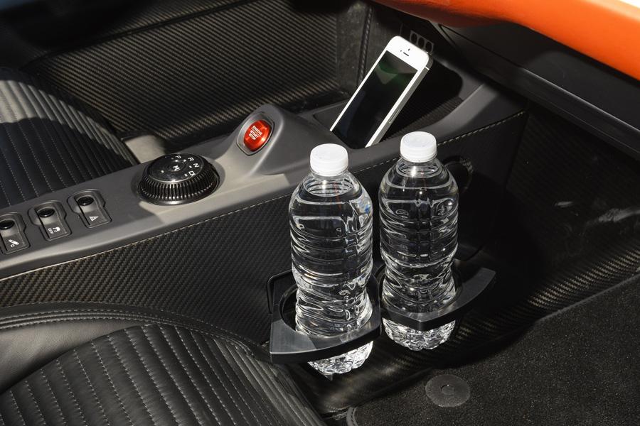 Posavasos en la consola central del Ford GT.