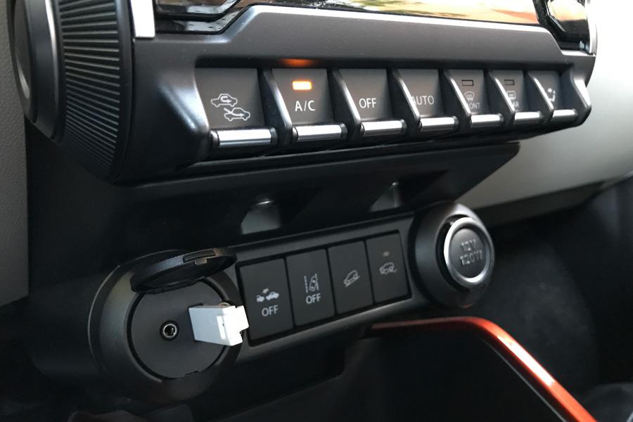 El acabado GLX incluye un climatizador automático. Además, la variante 4x4 trae consigo un control de descenso en pendientes.