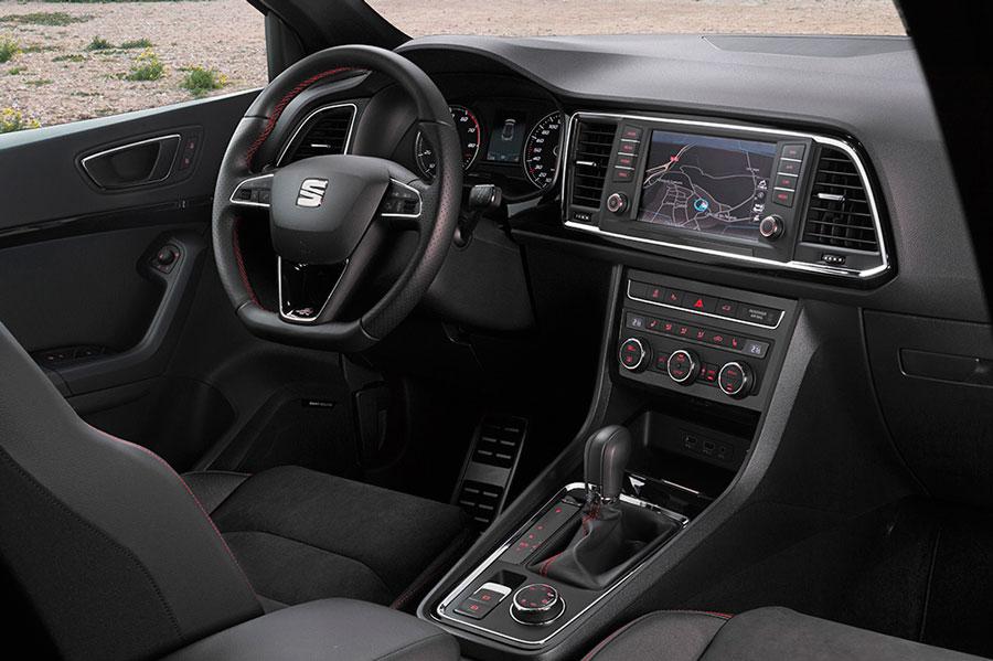 El interior del Seat Ateca FR se distingue, entre otras cosas, por las costuras en rojo.