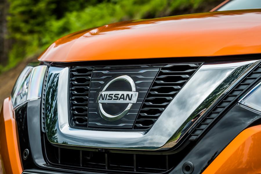 Los sensores de los sistemas de seguridad se esconden tras el logo de Nissan.