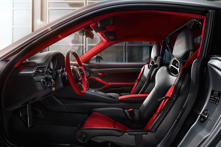 El interior del Porsche 911 GT2 RS es igual de radical y deportivo que su exterior.