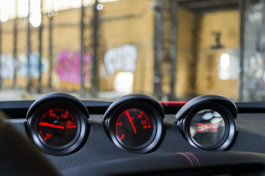 Relojes adicionales Nissan 370Z Nismo, indican temperatura del aceite, nivel de la batería y reloj.
