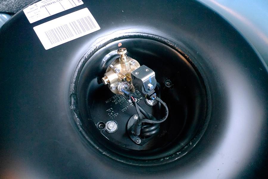 Válvula y depósito de gas integrado en el hueco de la rueda de repuesto.