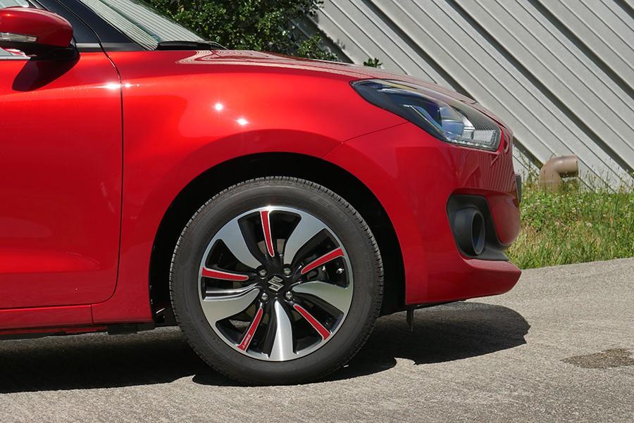 Las llantas de 16 pulgadas no van calzadas con neumáticos muy anchos, es una medida rara.