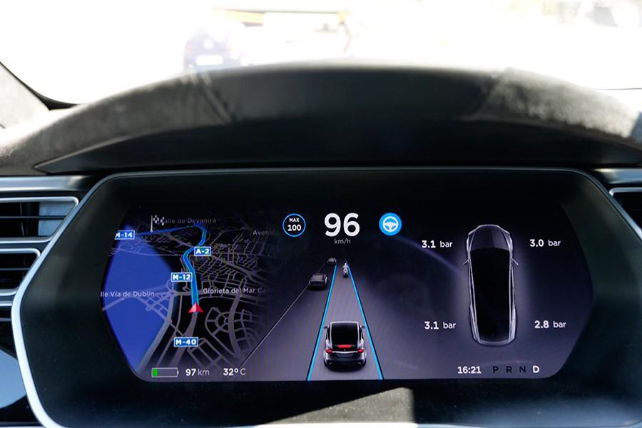 El Tesla ofrece a sus clientes elementos que no poseen sus rivales.
