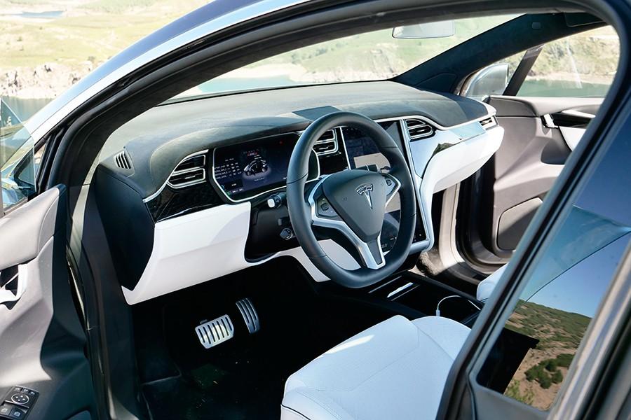 El interior del Tesla Model X está condicionado por la enorme pantalla que lo controla todo.