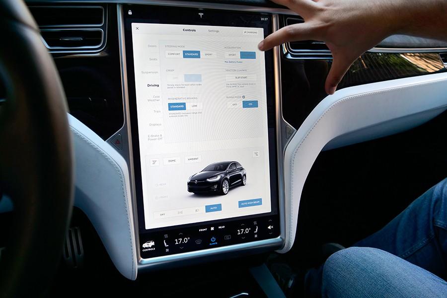 La usabilidad de los menús y la infografía de Tesla son un ejemplo a seguir.