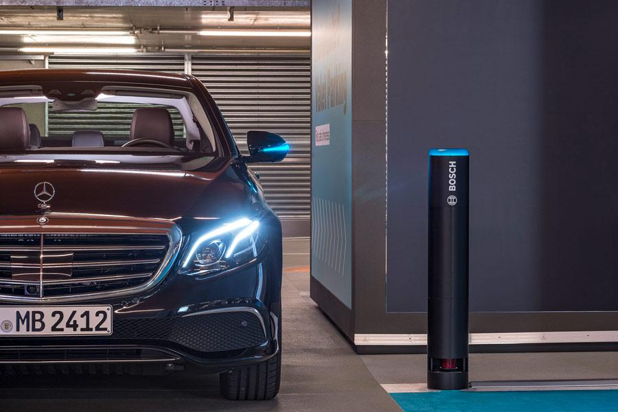 Este Mercedes, modificado con nuevas tecnologías, es capaz de conducir solo hasta encontrar al cliente que que necesita de sus servicios.