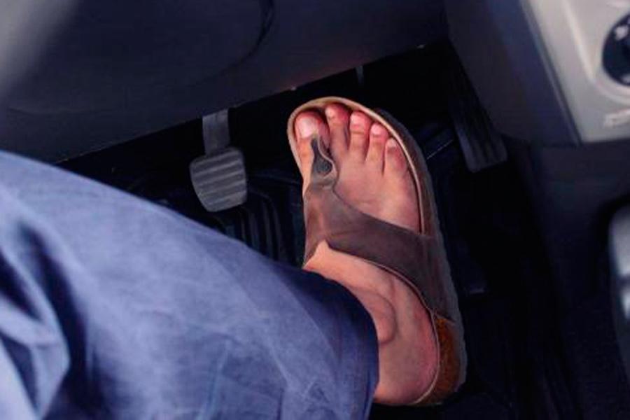 ¿Te pueden multar por conducir con chanclas?