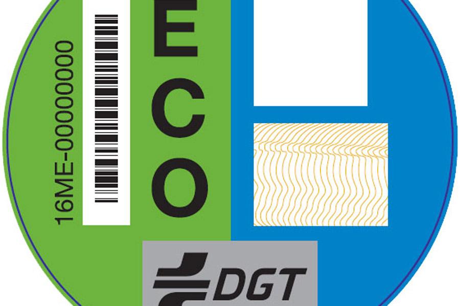 Distintivo ambiental d ela DGT para los coches híbridos.