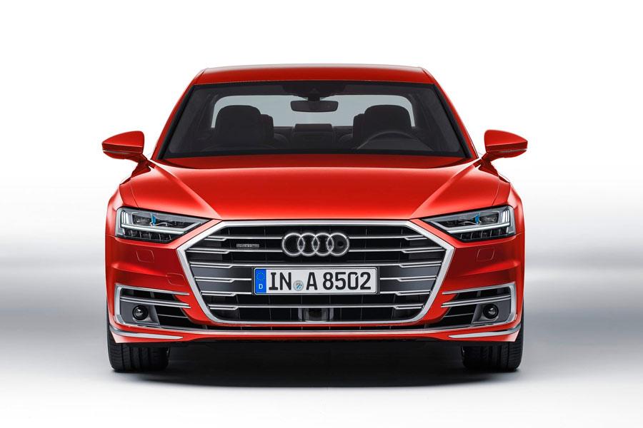 El frontal del nuevo Audi A8 presenta una nimagen renovada y rotunda.