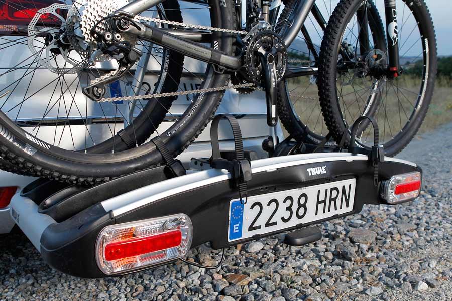 La plataforma portabicicletas que se coloca en la parte trasera permite la carga de una o dos bicicletas.