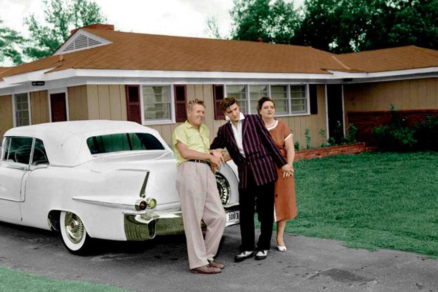 Elvis y su familia junto al Cadillac Eldorado Convertible de 1956.