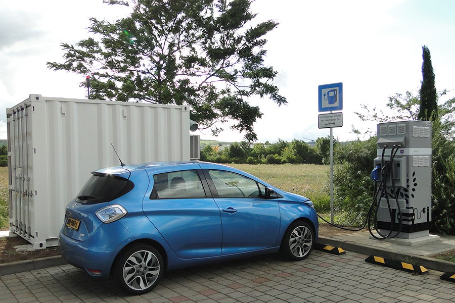 Baterías usadas para recargar coches eléctricos en cualquier lugar