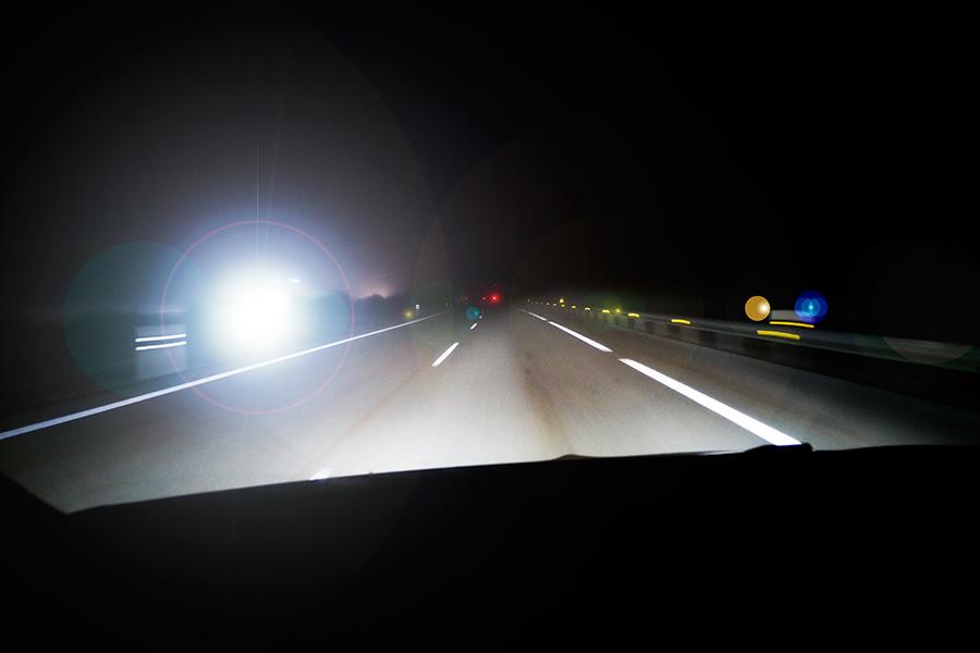 Cómo evitar que te deslumbren conduciendo de noche