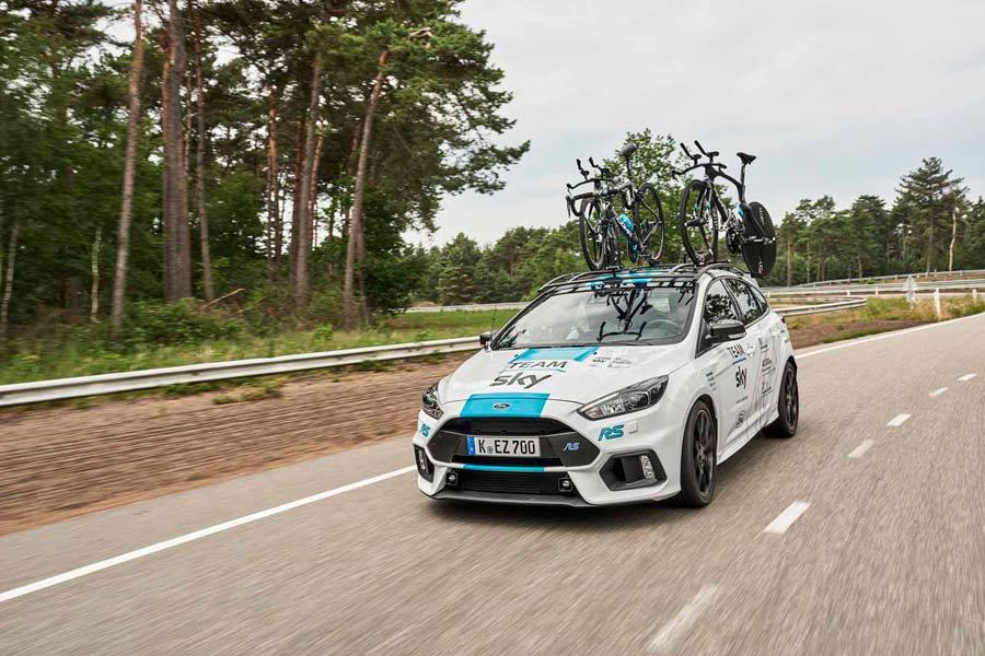 Ford Focus RS del equipo Sky, en el pasado Tour de Francia, con los portabicis de techo.