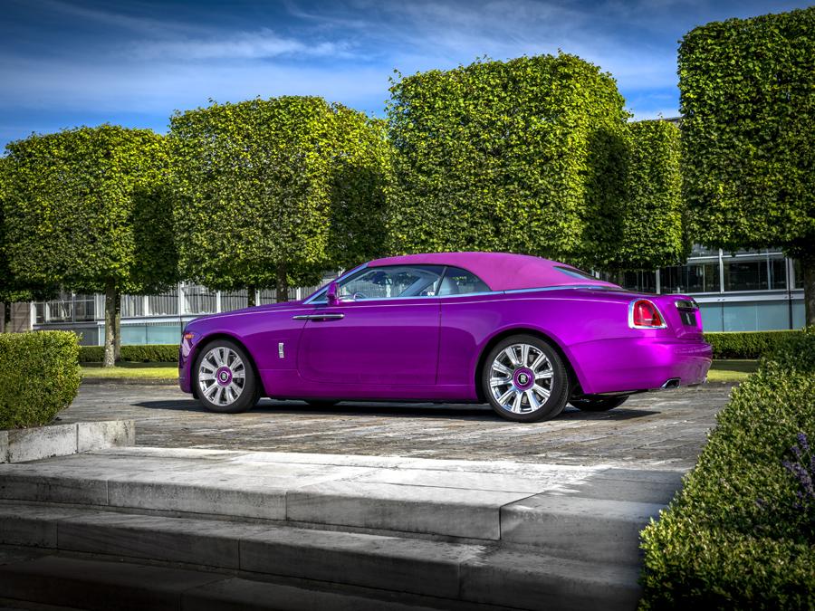 """Todos los elementos del Rolls-Royce """"Dawn in Fuxia"""" toman el mismo color, también la capota."""