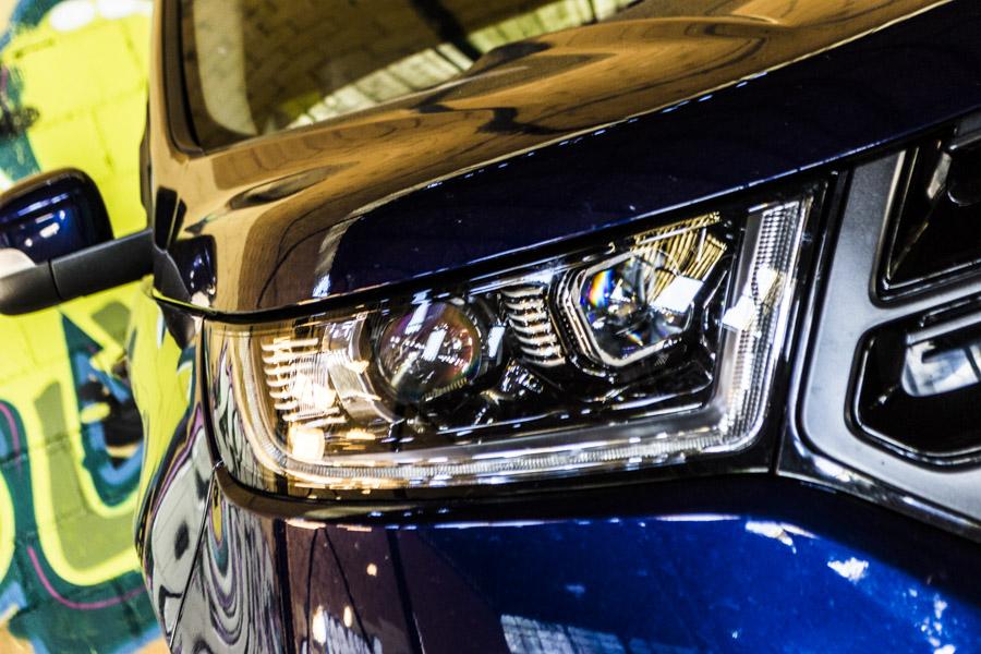 Los faros LED adaptativos del Ford Edge poseen un tono azulado muy intenso en su iluminación.