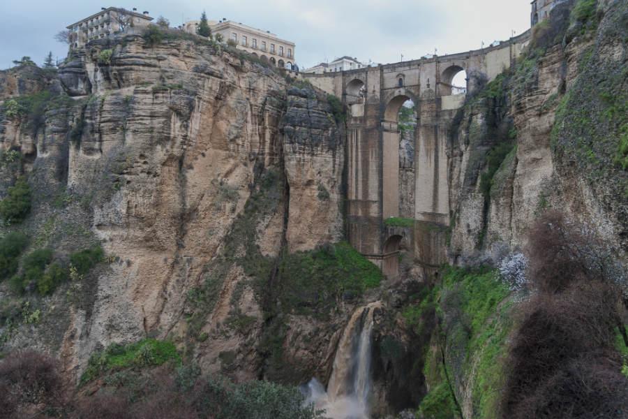 El puente Nuevo de Ronda tiene que salvar una espectacular garganta.