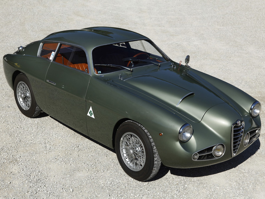 Creado para als carreras el Alfa Romeo carrozado por Zagato exhibe la tradicional doble cúpula del carrocero italiano.