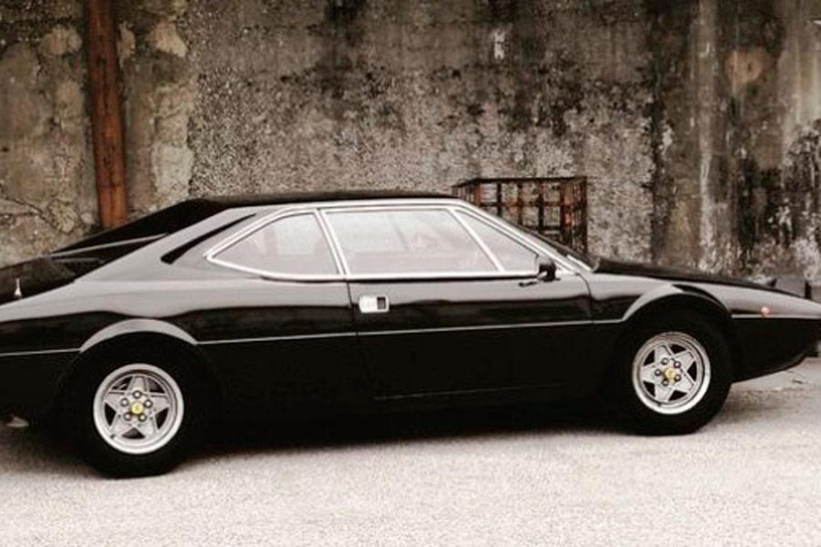"""De las pocas veces que Elvis """"pescó"""" una máquina europea; un bonito Ferrari Dino 308 GT4 de 1975 diseñado por Bertone."""