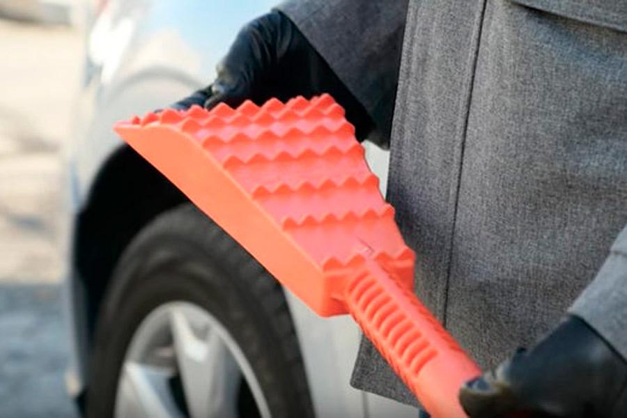Esta es la herramienta más práctica para llevar en el coche cuando nieva